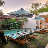 Room & Vespa 1 - Sun loungers & Pool